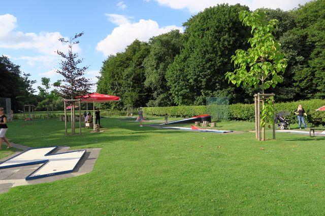 Köln Stadtwald Decksteiner Weiher mit Kind Köln 05 - Decksteiner Weiher für Familien - Wiese, See und Minigolf