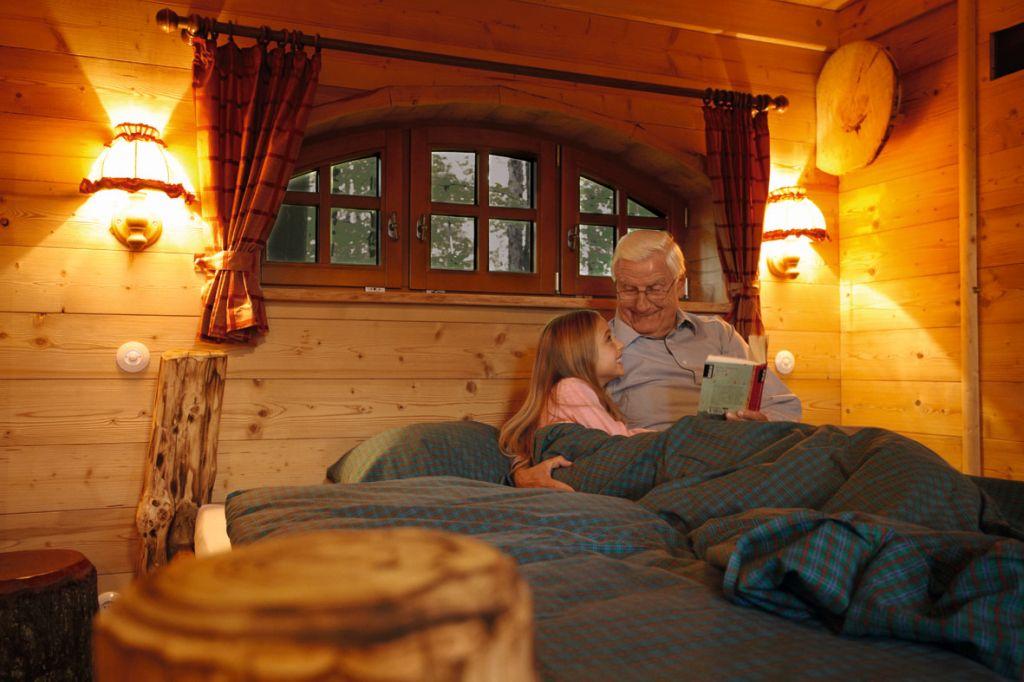 Erlebnispark Tripsdrill Natur Resort  Baumhaus von Innen klein - Mal anders übernachten - im Baumhaus, Hausboot oder Tipi