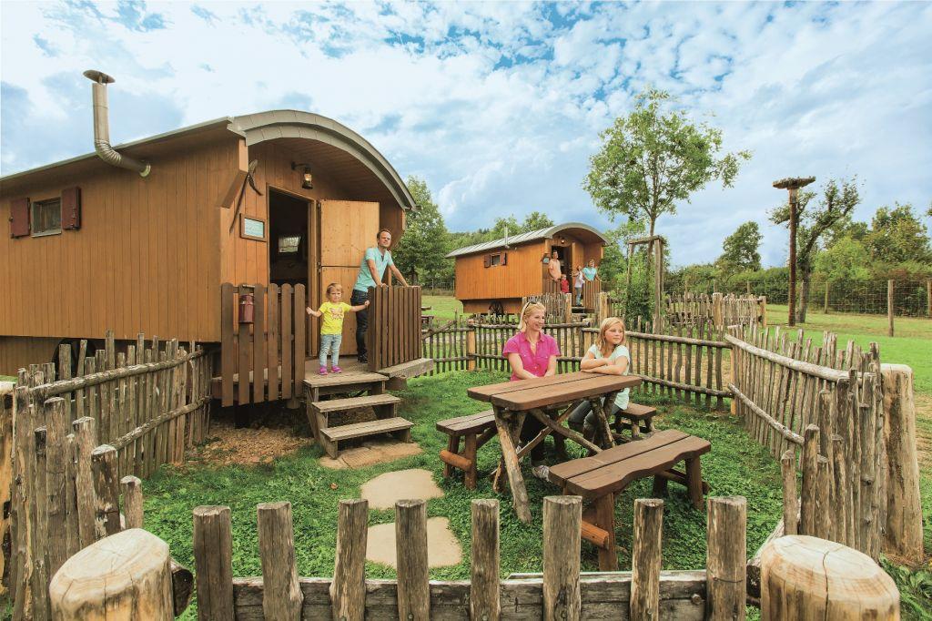 Erlebnispark Tripsdrill Natur Resort  Schaeferwagen   aussen klein - Mal anders übernachten - im Baumhaus, Hausboot oder Tipi