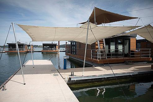 c ELG Eco Lodges GmbH csm IMG  a23 Floating Village Brombachsee Zelte Steg 1 6350e45111 - Mal anders übernachten - im Baumhaus, Hausboot oder Tipi