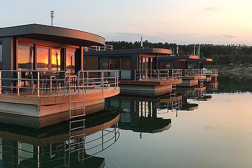 c ELG Eco Lodges GmbH csm IMG  a3 Floating Village Brombachsee Aussenansicht schwimmendes Haus d621c4ee88 - Mal anders übernachten - im Baumhaus, Hausboot oder Tipi